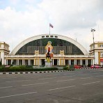 01 รถไฟฟ้ามหานคร สายสีน้ำเงิน MRT สถานีหัวลำโพง อยู่ที่หัวถนนพระรามที่ 4 บริเวณจุดตัดหัวถนนรองเมืองและถนนมหาพฤฒาราม หน้าสถานีรถไฟหัวลำโพง