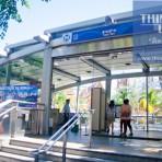 02 รถไฟฟ้ามหานคร สายสีน้ำเงิน MRTสถานีสามย่าน อยู่ตามแนวถนนพระรามที่ 4 บริเวณทางแยกถนนพญาไท และถนนสี่พระยากับถนนพระรามที่ 4 หน้าวัดหัวลำโพง