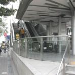 03 รถไฟฟ้ามหานคร สายสีน้ำเงิน MRT สถานีสีลม อยู่ตามแนวถนนพระรามที่ 4 ปากทางแยกถนนสีลม ใต้สะพานลอยไทย – ญี่ปุ่น หน้าโรงแรมดุสิตธานี