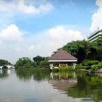 04 รถไฟฟ้ามหานคร สายสีน้ำเงิน MRT สถานีลุมพีนี อยู่ตามแนวถนนพระรามที่ 4 บริเวณสี่แยกพระรามที่ 4 วิทยุ/สาทร ตรงข้ามโรงเรียนเตรียมทหาร (เดิม) บริเวณสะพานลอยไทย – เบลเยี่ยม