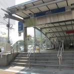 08 รถไฟฟ้ามหานคร สายสีน้ำเงิน MRT สถานีเพชรบุรี  อยู่ตามแนวถนนอโศก กลางสี่แยกอโศก – เพชรบุรี