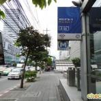 09 รถไฟฟ้ามหานคร สายสีน้ำเงิน MRT สถานีพระราม9  อยู่ตามแนวถนนรัชดาภิเษก บริเวณสี่แยกพระรามที่ 9 หน้าอาคารฟอร์จูนทาวน์