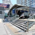 11 รถไฟฟ้ามหานคร สายสีน้ำเงิน MRT สถานีห้วยขวาง  อยู่ตามแนวถนนรัชดาภิเษก บริเวณกลางสี่แยกห้วยขวาง