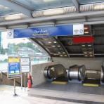 13 รถไฟฟ้ามหานคร สายสีน้ำเงิน MRTสถานีรัชดาภิเษก อยู่ตามแนวถนนรัชดาภิเษก บริเวณหน้าอาคารปลาทองกะรัต