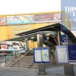 15 รถไฟฟ้ามหานคร สายสีน้ำเงิน MRT สถานีพหลโยธิน  อยู่บริเวณสามแยกปากทางถนนลาดพร้าว