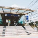 17 รถไฟฟ้ามหานคร สายสีน้ำเงิน MRTสถานีกำแพงเพชร อยู่ตรงข้ามองค์การตลาดเพื่อเกษตรกร (อตก.) บริเวณหน้าตลาดนัดจตุจักร
