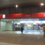 CEN สถานีรถไฟฟ้า BTS สถานีสยาม บริเวณถนนพระราม 1 ระหว่างสี่แยกปทุมวัน และสามแยกเฉลิมเผ่า